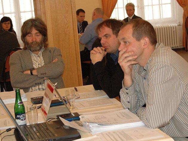 UTRPENÍ KARLOVARSKÉ OPOZICE. Zastupitel Petr Kulhánek (vpravo, KOA) se s kolegy marně snažil argumenty přesvědčit koalici ODS a ČSSD, že někdy prostě pravdu nemá. Marně.
