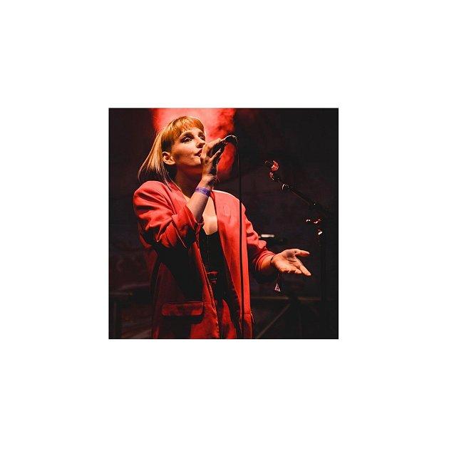 Zpěvačka se narodila vMoskvě, vyrůstala vKarlových Varech a momentálně žije částečně vLondýně.