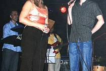 Velkou hvězdou charitativního koncertu byl zpěvák Zbyněk Drda, který učaroval přítomným posluchačům svými písničkami, stejně jako příjemným vystupováním.