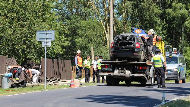 Odklízení vraku osobního vozu, ve kterém vyhasl jeden lidský život.