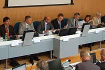 Pod palbou. Vedení Karlovarského kraje čelilo ostré kritice opozičních zastupitelů za chybné čerpání evropských dotací.