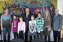 Hejtman Karlovarského kraje Josef Novotný (čtvrtý zleva) a radní pro oblast školství Vratislav Emler (zcela vpravo) se setkali s mladými vítězi osobně.