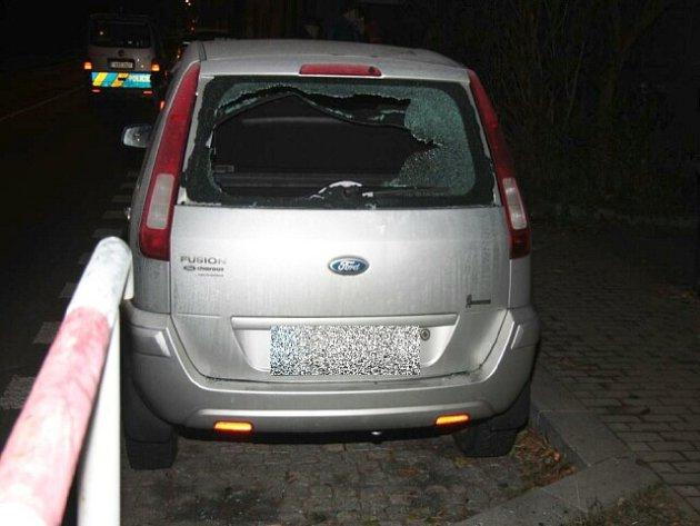 Jedno z vykradených a poškozených aut.