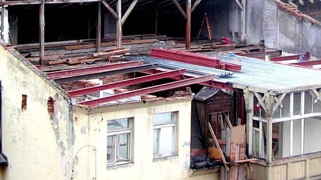 DEVASTACE. Takhle vypadal při rekonstrukci hotel Florencie. Odborníci v lázních kritizují necitlivost oprav.