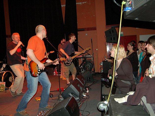 Legendární rocková kapela Mňága a Žďorp hrála v pátek večer v klubu Paderewski. Během večera kapela pokřtila své nové album s názvem Takže dobrý. Kmotrem desky byl nestárnoucí dostihový jezdec Josef Váňa.