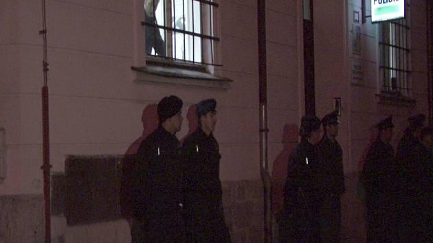 Policisté hlídkují před služebnou v Nejdku.