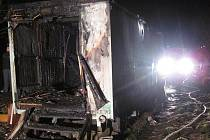 Při požáru maringotky v Karlových Varech – Dvorech zahynuli dva lidé.