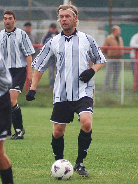 Útočník Bohumil Špiřík (na snímku) velkou měrou přispěl k výhře svého týmu v poměru 4:0 u novorolského rybníka.