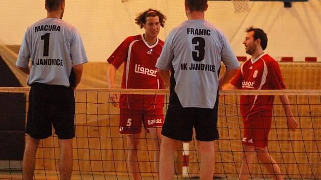 Vítězný bod vybojovali Vanke s Kokšteinem, když ve třech setech udolali elitní janovickou dvojici Macuru s Franicem.
