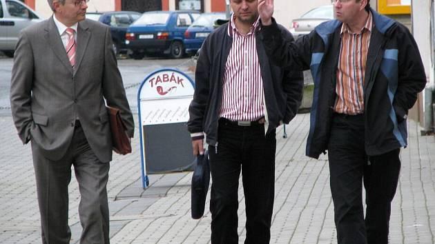 Zástupci ODS přicházejí na čtvrteční vyjednávání do sokolovského sídla vítězné sociálně demokratické strany. Zleva lídr karlovarské ODS Josef Pavel, předseda chebské ODS Otakar Skala a předseda sokolovské ODS Karel Jakobec.