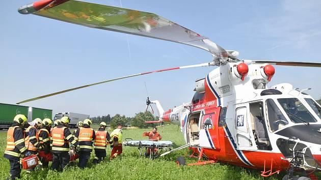 Nehoda osobního vozu a dvou dodávek má za následek tři zraněné