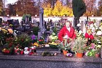 Na hřbitovy míří před Památkou zesnulých tisíce lidí.
