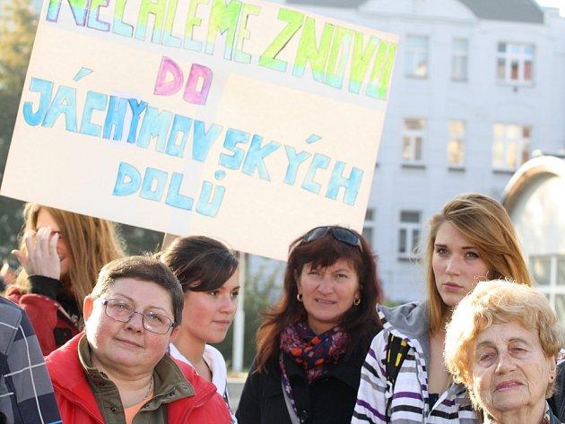 Demonstrace proti KSČM. Karlovaráci se bouří proti vítězům krajských voleb.
