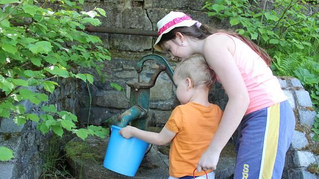 Hned dvě chatové oblasti na Karlovarsku čekají na vodovod a kanalizaci. Jejich realizace není finančně jednoduchá, protože ne všichni zde trvale žijí, a proto je získání dotací hodně náročné. Lidé tak stále berou vodu z veřejných studní.