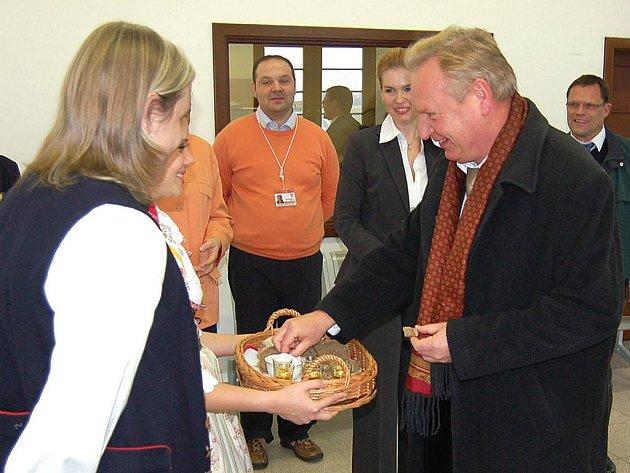 Chlebem a solí uvítali představitelé Karlových Varů delegaci z partnerského Baden – Badenu (na snímku primátor Wolfgang Gerstern).