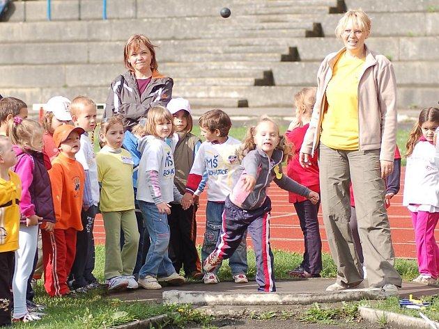 Třináctý ročník dětské sportovní olympiády pořádal na stadionu Závodu míru Mateřská škola ze Sedlece.