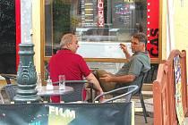 Cigareta venku. Řada lidí si přes léto dává oblíbenou cigaretu raději na zahrádce. Nenutí tak nekuřáky vdechovat kouř. Možná to bude časem jediná možnost,  jak si v restaurací zapálit.