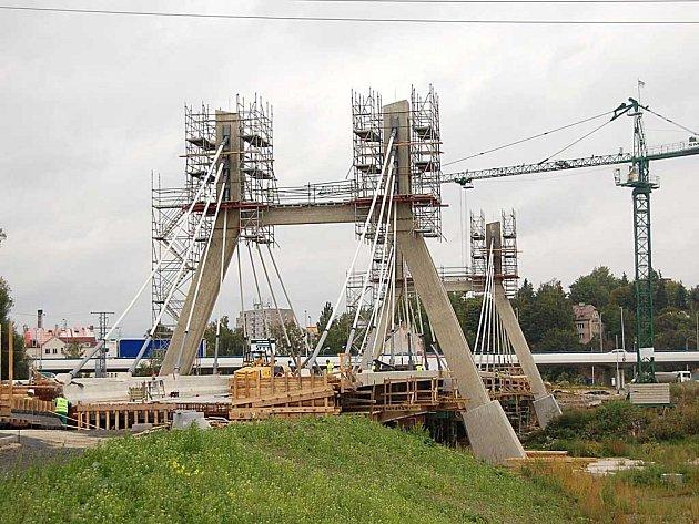 Nad řekou Ohří stavbaři nyní budují nový visutý most, který propojí čtvrtě Rybáře a Tuhnice.
