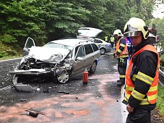 Nehoda autobusu a auta u Bečova nad Teplou