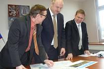 Hejtman Josef Novotný (uprostřed), ostrovský starosta Pavel Čekan (na snímku vpravo) a místostarosta Milan Matějka.