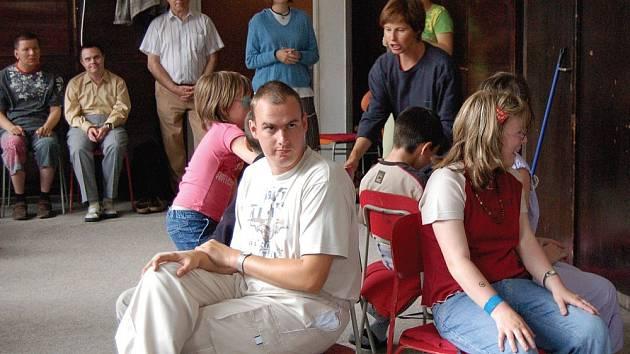 Na návštěvu za svými kamarády opět přijeli mladí a děti z denního stacionáře pro mentálně postižené v Chodově do speciální školy v Sadové ulici. V tělocvičně si všichni hráli a soutěžili.