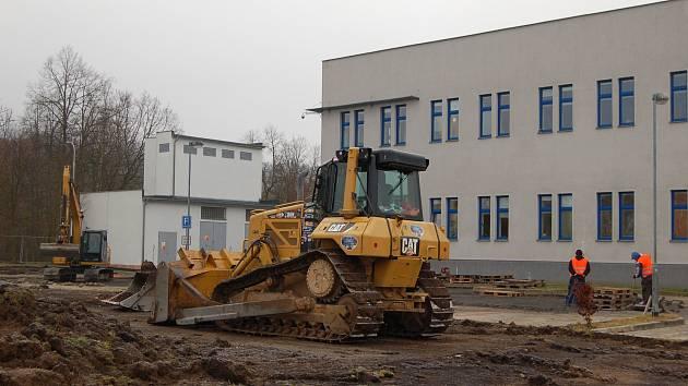 V areálu u krajského úřadu začala stavba depozitáře krajské knihovny.