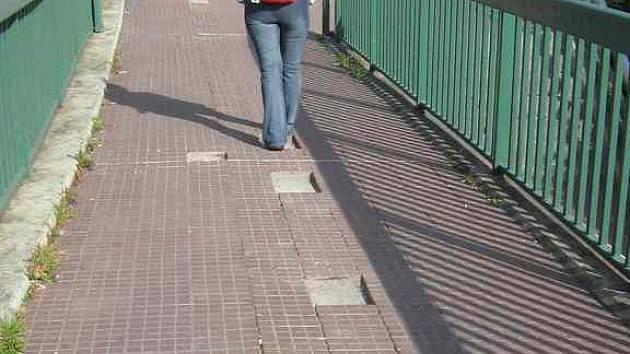 Děravý chodník u Chebského mostu.