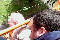 Dvouletý chlapec uvízl hlavou v zábradlí