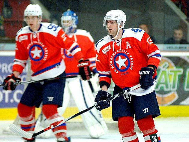 Hokejisté HC Energie (v bílém) hostili Horáckou Slavii Třebíč.
