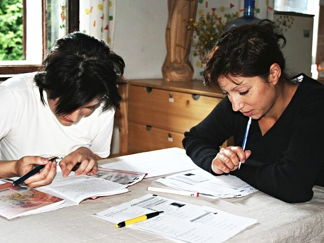 O LIDI z takzvaných sociálně vyloučených lokalit se v Karlovarském kraji stará například sdružení Český západ. V Dobré Vodě pro ně pořádá i vzdělávací akce, třeba jazykové kurzy.