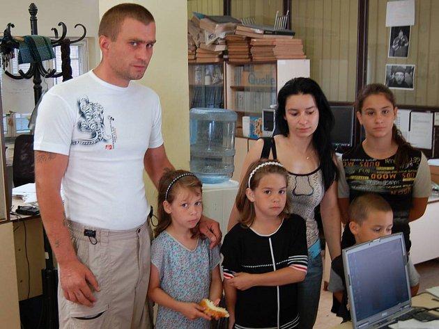 Zdeněk Podhorský s rodinou. Dvě nejmladší děti byly napadeny přímo v karlovarské ubytovně Drahomíra v Drahovicích.