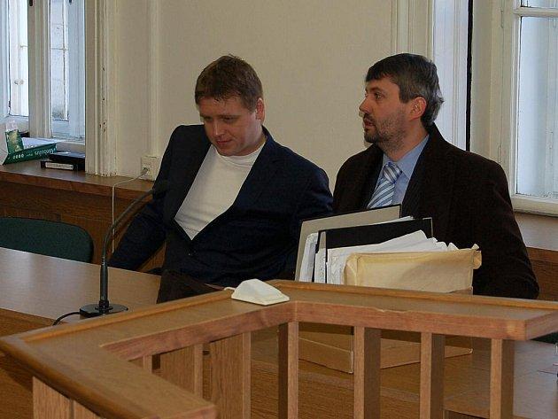 Pavel Kábrt (vlevo vedle svého obhájce Martina Círa)