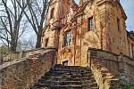 Památečné schody vedoucí ke kostelu ve Skocích. Foto z knihy Magická místa Karlovarského kraje Stanislava Burachoviče.