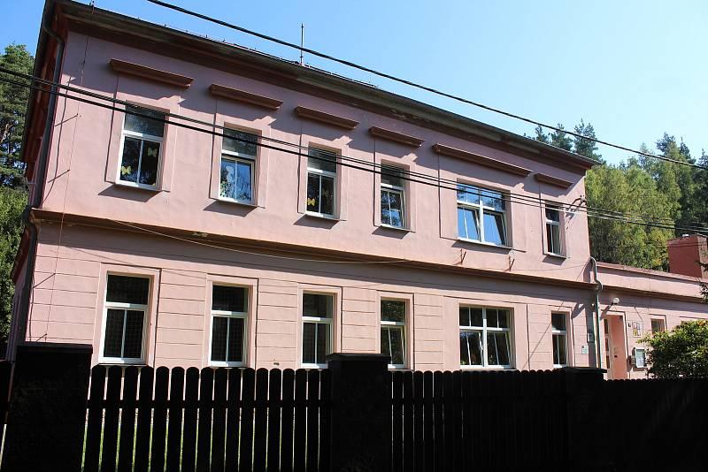 Budova základní a mateřské školy v Sadově.
