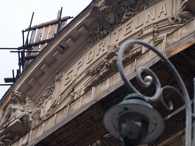 Spořitelna na Divadelním náměstí v Karlových Varech.