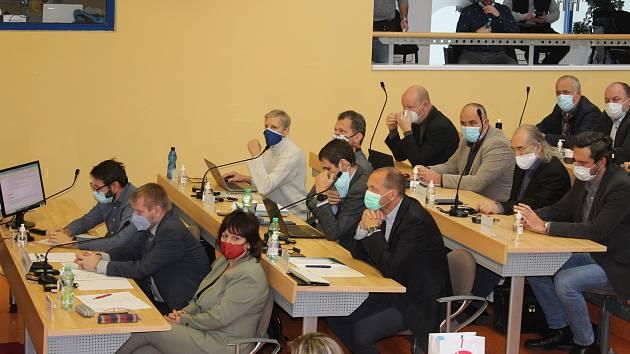 Noví krajští zastupitelé se teprve ve čtvrtek 26. listopadu sešli na krajském úřadě, dosud rokovali v KV Areně.