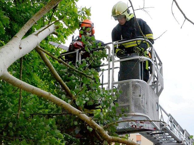 Ze zásahu hasičů po řádění bouřek v regionu.