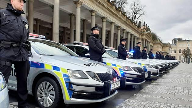 Předávání nových policejních vozů v Karlových Varech
