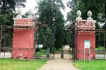 BRÁNA JE PRÁVĚ V OPRAVĚ. Propyleje, což je západní vstupní brána do Zámeckého parku, nyní patří restaurátorům. Ti se postarají o odbornou opravu brány a vrátí jí původní krásu.