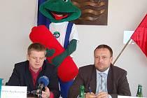 Ve spolupráci s firmou Ecobat připravuje město kampaň ke sběru použitých galvanických článků. Zleva: Petr Kratochvíl (jednatel spol. Ecobat), žabák Bat (maskot akce) a náměstek Petr Keřka.