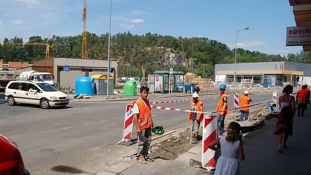 Vítězná ulice v obležení. Pevné nervy musejí mít řidiči, kteří projíždějí Vítěznou ulicí. Práce zde skončí až 14. září.