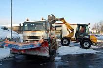 SYPAČE Údržby silnic Karlovarského kraje se pravidelně sjíždějí do skladu v Otovicích. Zde mají cestáři zásoby několika tun soli, která je pro ně v tomto počasí nejdůležitější.