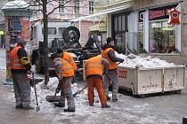 Úklid chodníků se provádí každodenně, díky tuhým mrazům je ale úplné vyčištění chodníků obtížné a na zemi často zůstává zmrzlá vrstva sněhu.