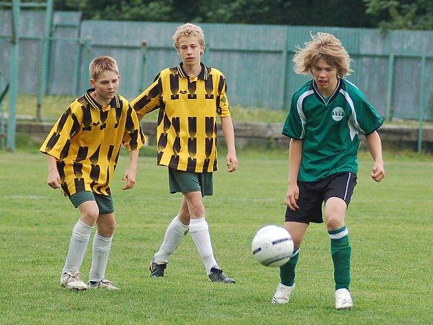 Ayin Cup. SV Plössberg (v zeleném) vs. Beerheid (v dresech Nejdku).