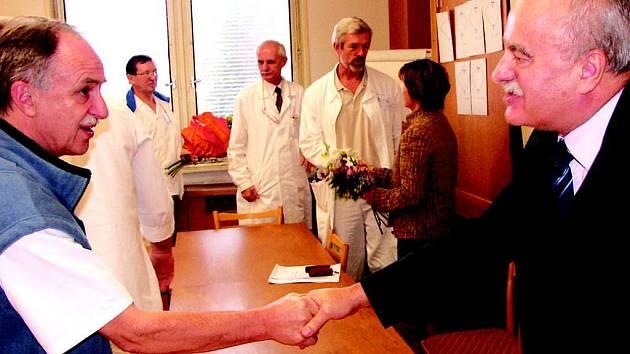 Loučení… S primáři jednotlivých oddělení sokolovské nemocnice se rozloučil odvolaný výkoný ředitel KKN Josef Ferenc a ředitelka sokolovské nemocnice Věra Procházková.