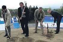 Slavnostního výkopu v těsné blízkosti stávající silnice I/6 se ujali zástupci kraje, stavitele a investora.
