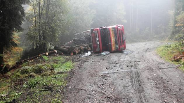 Místo nehody náklaďáku se dřevem.