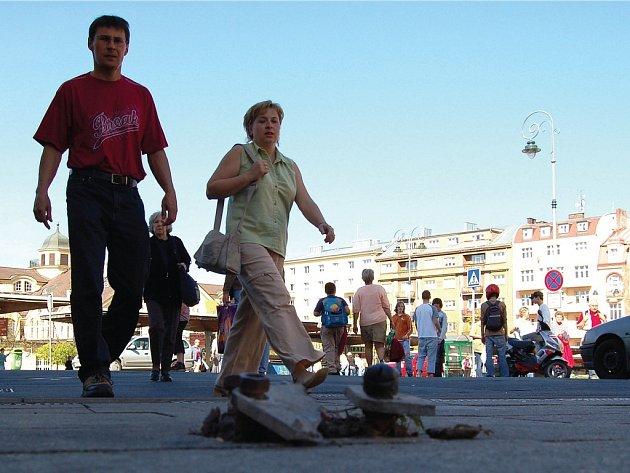 Po zdemolované ceduli čouhaly z dlažby v Zeyerově ulici od soboty 14. dubna jen kotvící šrouby.