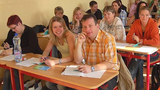 Studenti vyšší odborné školy v Bohaticích zahájili nový školní rok. Ve třídě se sešli lidé různého věku.