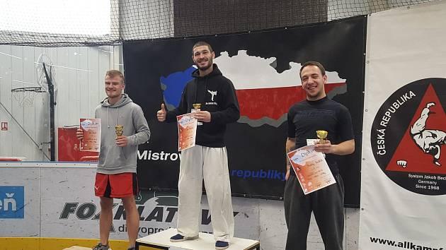 Hned tři cenné kovy vyválčili bojovníci v barvách karlovarského Alpha Gymu na závodech v Plzni.